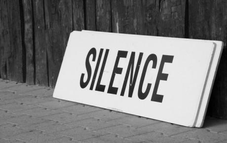 (Ne)mlčení médií